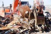 Vista da escavadeira laranja no depósito de lixo — Fotografia de Stock
