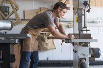 Menuisier à son atelier — Photo de stock