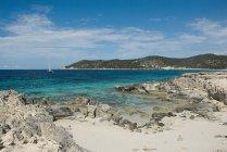 Orilla rocosa de la playa de Las Salinas - foto de stock