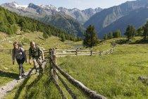 Jovens caminhadas casal caminho, Karthaus, Val Senales, Tirol do Sul, Itália — Fotografia de Stock