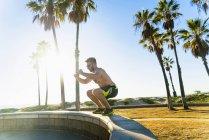 Junger Mann übt im Freien — Stockfoto