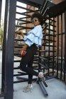 Портрет молодої жіночої моди блогери по обертових воріт, Нью-Йорк, США — стокове фото