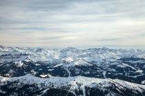 Vista de montañas nevadas - foto de stock