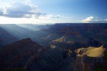 Живописный вид на Гранд-Каньон в ярком солнечном свете — стоковое фото