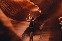 Woman taking photograph in cave, Antelope Canyon, Page, Arizona, USA — Stock Photo