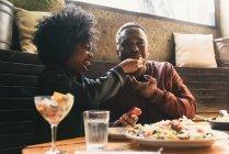 Пара, которые вместе обедают в кафе — стоковое фото