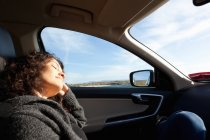 Женщина, спать внутри автомобиля, Коннемара, Ирландия — стоковое фото