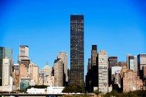 Grattacieli di Manhattan illuminati dal sole sul cielo limpido — Foto stock