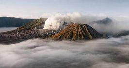 Paesaggio vulcanico con fumo — Foto stock