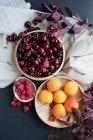 Натюрморт свежих фруктов в миски и скатерть — стоковое фото