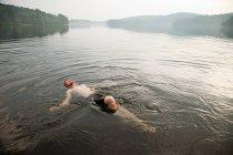 Mi homme adulte natation dans le lac — Photo de stock