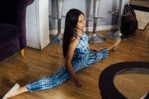Mädchen macht Spagat auf dem Fußboden zu Hause — Stockfoto