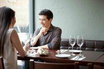 Junges Paar im Restaurant lachen — Stockfoto