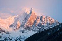 Vue panoramique sur les montagnes enneigées — Photo de stock