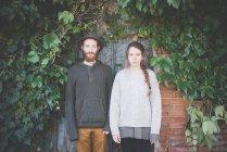Ritratto di giovane coppia fianco a fianco, — Foto stock