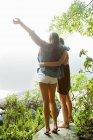 Vue arrière des jeunes femmes qui donne sur le lac — Photo de stock