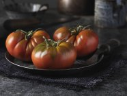 Tomates rouges de bœuf sur plaque de métal vintage — Photo de stock