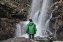 Uomo che guarda cascata, Fiume Toce, Premosello, Verbania, Piemonte, Italia — Foto stock