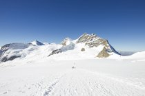 View of tracks in snow covered mountain landscape, Jungfrauchjoch, Grindelwald, Switzerland — Stock Photo