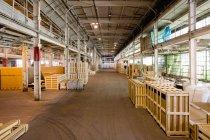 Palettes vides empilés dans l'entrepôt de distribution — Photo de stock