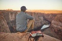 Homme assis sur le rocher, regardant la vue, Page, Arizona, USA — Photo de stock