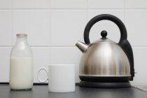 Чайник з чашки і молоко пляшка — стокове фото