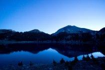 Озеро и гора Лассен — стоковое фото