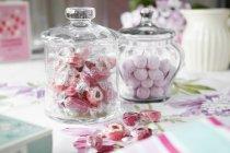 Frascos de caramelos duros en la mesa - foto de stock