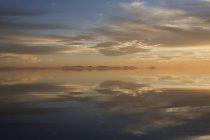 Nuages reflétant dans l'eau — Photo de stock
