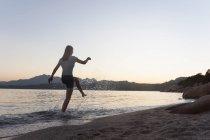 Жінка пропуск більш seawaves — стокове фото