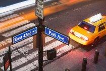 Hochwinkelige Ansicht der Park Avenue Straßenschild und Fußgängerüberweg New York City, USA — Stockfoto