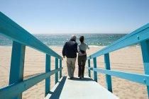 Вид сзади пара на пляже дорожки — стоковое фото