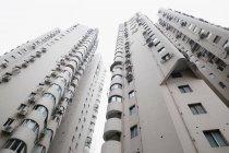 Niedriger Blickwinkel auf Wolkenkratzer — Stockfoto
