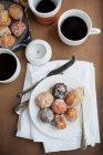 Plaque avec desserts et café — Photo de stock