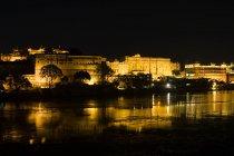 Palazzo di città e lago pichola — Foto stock