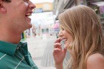 Adolescente coppia ridere di parco divertimenti — Foto stock