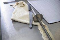 Offcut de massa, faca e instrumento de rolamento em padaria — Fotografia de Stock