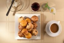 Muffins mit Kaffeetasse — Stockfoto