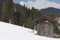 Wooden hut on snow covered mountainside, Gosausee, Austria — Stock Photo