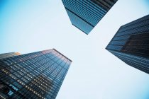 Blick auf drei Wolkenkratzer von unten — Stockfoto