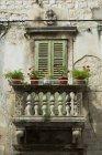 Горшки с цветами на балконе — стоковое фото