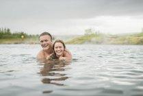 Молодая пара в Secret Lagoon hot spring (Gamla Laugin), Флудир, Исландия — стоковое фото