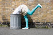 Image recadrée de Femme regardant dans une poubelle — Photo de stock