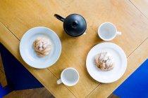 Чайник і круасани на тарілки — стокове фото
