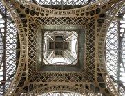 Низький кут зору з Ейфелева вежа безпосередньо вище, Париж, Франція — стокове фото