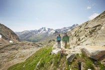 Young couple hiking at Val Senales Glacier, Val Senales, South Tyrol, Italy — Stock Photo