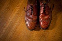 Пари взуття акцентом на дерев'яні підлоги, вид зверху — стокове фото