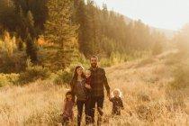 Ritratto di famiglia in ambiente rurale, Mineral King, Sequoia National Park, California, USA — Foto stock
