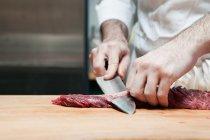 Cropped image de préparer le filet de boeuf de boucherie — Photo de stock