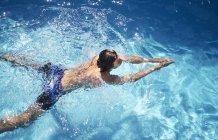 Вид сверху молодого человека, плавание в бассейне — стоковое фото